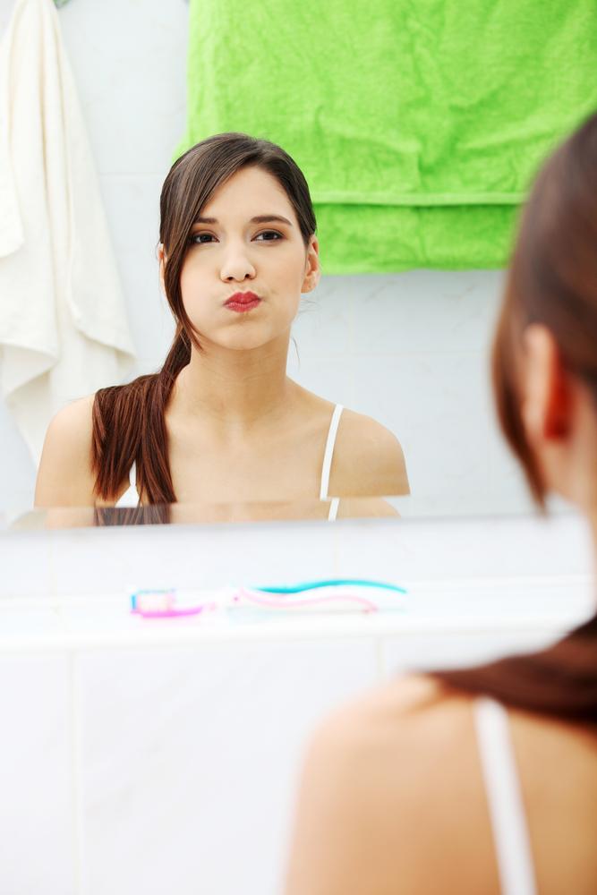 Neues aus der Zahnmedizin nach einer Zahnentfernung Bild: brunette woman using mouthwash Quelle: Piotr Marcinski shutterstock 120565123