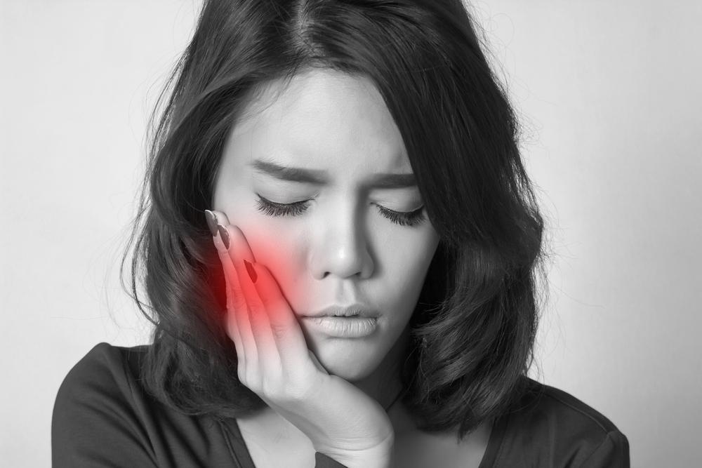 Kaumuskelschmerzen betreffen vorwiegend Frauen Bild: woman with terrible toothache Quelle: Theerapol Pongkangsananan shutterstock 253445443