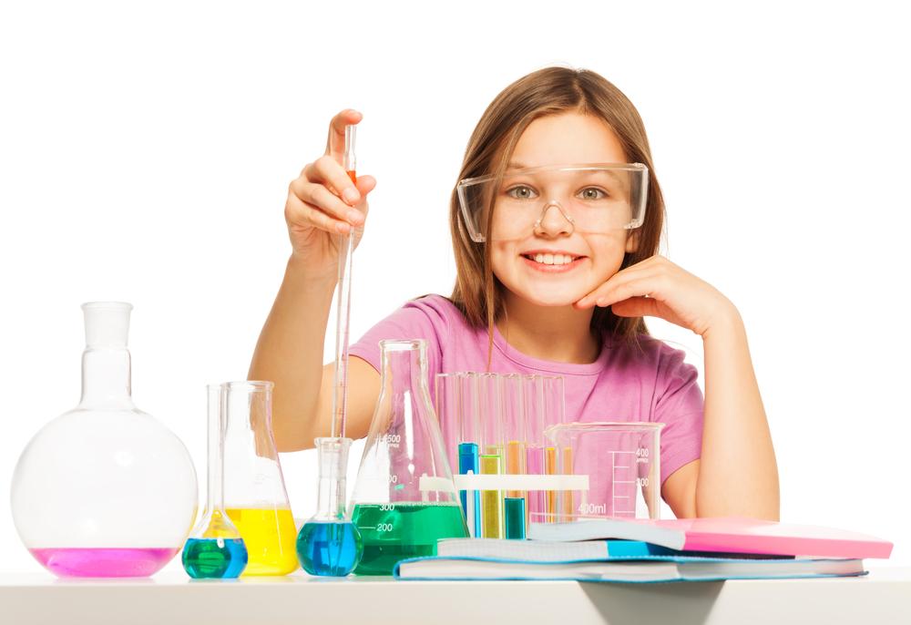 Bild: Young pupil studying chemistry in the laboratory Sergey Novikov shutterstock 370768490